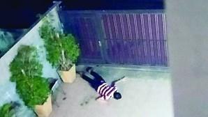 Homem escorrega e cai após subir parede de jardim