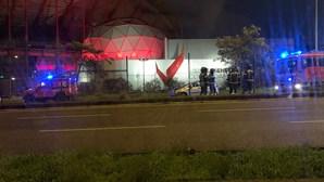 Despiste de veículo fere três jovens em Benfica e corta parcialmente Avenida Lusíada