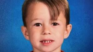 Menino de sete anos morre atropelado por carro alegórico que o pai conduzia
