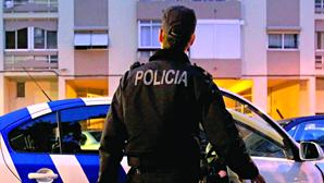 Agente da PSP trava homem bêbado que conduzia carro roubado em contramão
