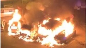 Incêndio destrói quatro carros em Massamá. Veja as imagens