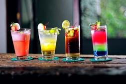 Bebidas alcoólicas - Mesmo que alguns cocktails tenham menos calorias que outros, beber álcool simplesmente não combina com perda de peso. Quando é ingerido, o álcool é considerado uma toxina e torna-se a principal prioridade do fígado. E com o fígado a desintoxicar, não existe queima de gordura de forma eficiente.