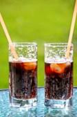 Bebidas açucaradas artificialmente - Mesmo os refrigerantes diet ou zero calorias devem ser evitados se quer perder peso. Como substituição beba água ou água com limão. A água gaseificada também é uma boa solução, já que satisfaz o estômago e reduz a fome (ou a gula).