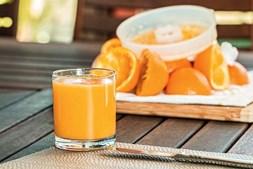 Sumo - São precisas sete laranjas para encher um copo de sumo puro com aproximadamente 250ml. Ao bebê-lo vai consumir todas as calorias da fruta sem as fibras naturais, eliminadas através do processo de liquidificação.