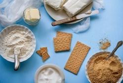 Qualquer lanche que contenha apenas hidratos de carbono - Não é preciso cortá-los totalmente mas os lanches que contêm uma combinação com gorduras saudáveis e proteínas levam mais tempo a digerir, e, portanto, vai deixá-la saciada durante mais tempo. Pense em lanches como pequenas refeições que devem ser equilibradas. Prove bolachas de grãos inteiros com queijo com baixo teor de gordura, por exemplo.