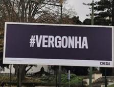 Chega coloca cartaz com a palavra 'vergonha' em frente à Assembleia da República