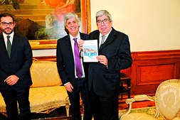 Mário Centeno e Duarte Cordeiro entregaram ontem a proposta de Orçamento para 2020 a Ferro Rodrigues