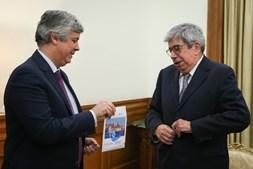 Mário Centeno entrega Orçamento de Estado a Ferro Rodrigues