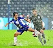 Nakajima, em vantagem em lance com Francisco Ramos, estreou-se a marcar com a camisola do FC Porto