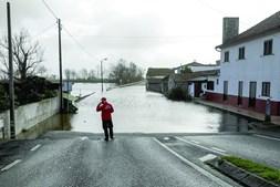 Em Carapinheira várias casas ficaram isoladas e as estradas estão intransitáveis