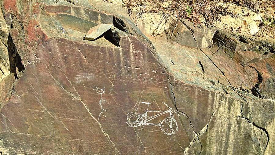 Ciclistas fizeram  várias  inscrições  na rocha