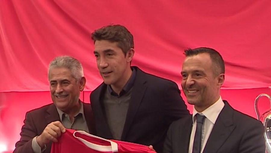 Luís Filipe Vieira posou para a aguardada fotografia da renovação de Bruno Lage, que contou igualmente a seu lado com o empresário Jorge Mendes