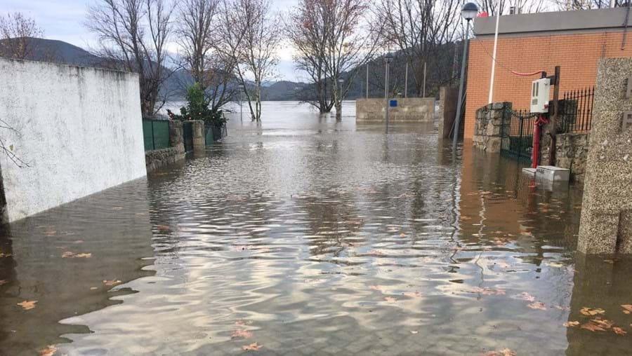 Rio inunda praia fluvial em Torre de Moncorvo