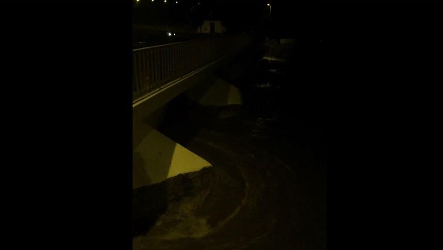 Vídeo mostra rio Caia prestes a galgar uma das pontes de Arronches