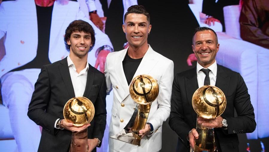 João Félix, Cristiano Ronaldo e Jorge Mendes receberam este domingo, no Dubai, os prémios relativos a revelação, melhor futebolista e melhor empresário do ano