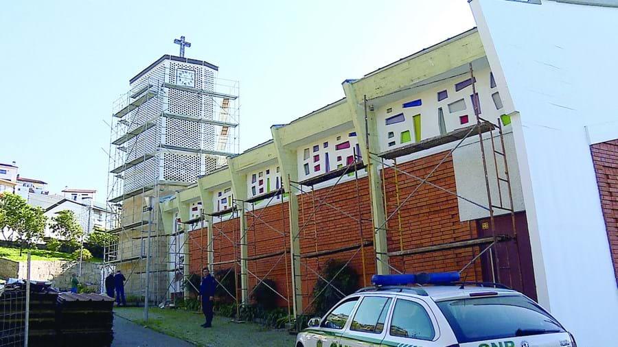 Vítima estaria em andaime a pintar a igreja