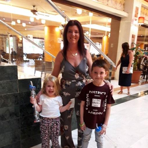 Isla Wilkinson com a mãe e o irmão