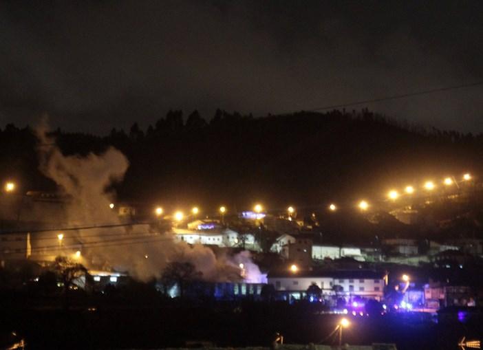 Incêndio destrói fábrica de polimentos de móveis em Paredes