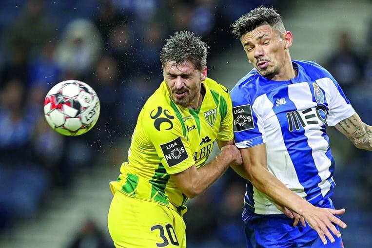 Filipe Ferreira (Tondela) e Tiquinho Soares (FC Porto) em lance dividido, na partida de ontem