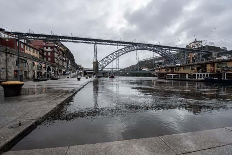 Rio Douro galga margens nas zonas ribeirinhas do Porto e Gaia
