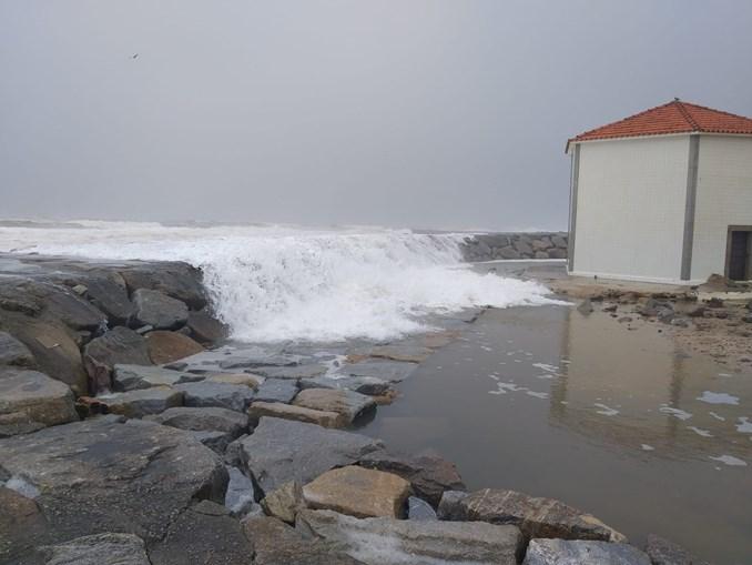 'É desolador': Ondas de 10 metros inundam casas em Espinho