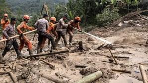 Pelo menos 11 mortos em derrocada de terras na ilha de Bornéu na Indonésia