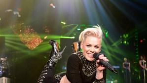 Cantora Pink vai pagar multa à equipa feminina de andebol de praia da Noruega