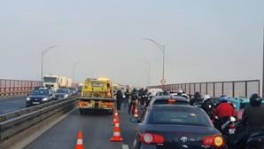 Dois acidentes condicionam trânsito na Ponte 25 de Abril no sentido Sul-Norte. Há seis feridos