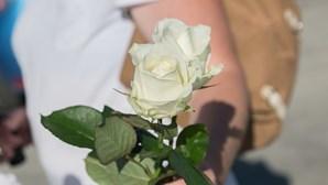 Academia de Mirandela homenageia jovem morto em Bragança com rosas brancas