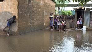 """Chuvas fortes em Maputo mostram o """"dilema de todos os anos"""" para quem vive na periferia"""
