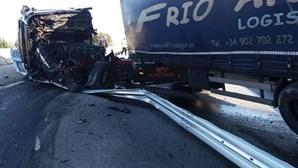 Despiste de camião faz ferido grave e corta A25 no sentido Viseu-Guarda