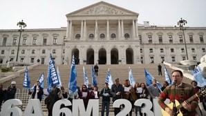 Professores em protesto para exigir que Governo repense investimento na Educação no próximo OE