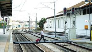 """Homem morre atropelado por comboio quando """"circulava a pé"""" na linha ferroviária do Algarve"""