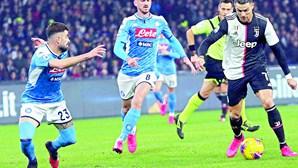 Nápoles trava Juventus de Cristiano Ronaldo