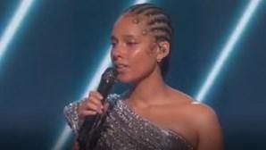 Alicia Keys faz homenagem a Kobe Bryant na abertura dos Grammy 2020