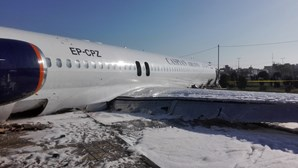 Avião com 142 pessoas a bordo aterra fora de pista e invade rua junto a aeroporto no Irão