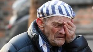 A tristeza no rosto dos sobreviventes: Libertação de Auschwitz aconteceu há 75 anos