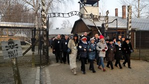 """""""Magnitude do crime perpetrado neste lugar foi terrífica"""": Presidente polaco recorda horrores de Auschwitz"""
