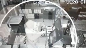 Homem rouba 500 euros de café e é apanhado de gatas por câmaras de vigilância. Veja o vídeo