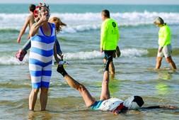 Carcavelos. Fez-se ao mar com fatos de banho que recordam o carnaval. A paródia marcou o primeiro banho do ano e até houve banda.