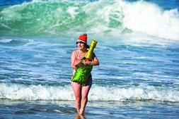 Foz do Arelho. Dezenas de pessoas jogaram esta quarta-feira à bola na praia e banharam-se.