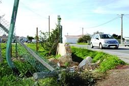 Muro destruído em resultado do embate da viatura
