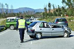 Condutora de 75 anos gravemente ferida após carro ter sido atingido por um pinheiro