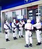 Vídeos publicados nas redes sociais mostram polícias fortemente armados nas ruas das cidades em quarentena