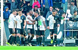 Jogadores do Farense comemoram o golo da vitória no relvado