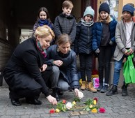 Alunos da primária participam em evento para comemorar o 75.º aniversário da libertação do campo de concentração de Auschwitz-Birkenau