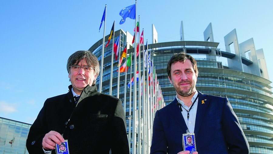 Puigdemont (esq.) e Comín mostram as credenciais de eurodeputados