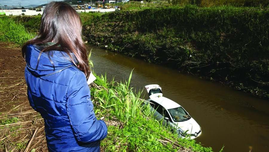 Carro caiu à ribeira e foi arrastado pela forte corrente. Chegou a estar totalmente submerso, explicaram os bombeiros