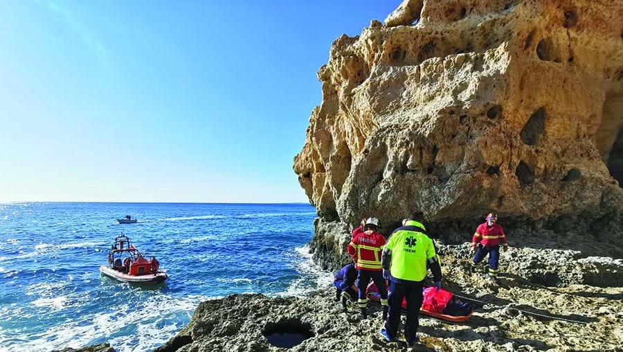 Vítima foi estabilizada por elementos dos Bombeiros de Lagoa e INEM e resgatada pela embarcação salva-vidas