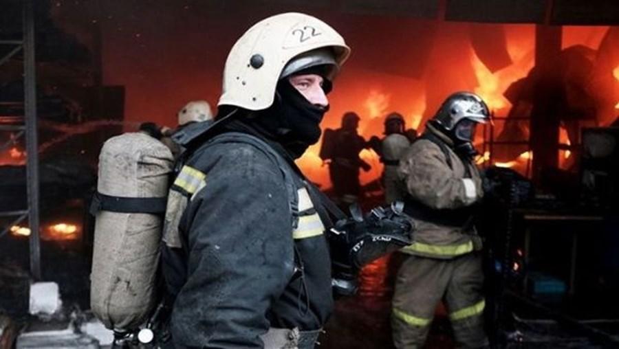 Onze mortos em incêndio em habitação de madeira na Sibéria